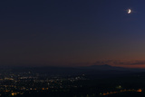 A Panoramic View of the Moon Above the Lights of the Vienna Suburbs at Dusk Fotografisk tryk af Babak Tafreshi