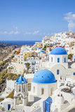 Greek Church with Three Blue Domes in the Village of Oia Fotografisk tryk af Neale Clark