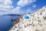 Greek Church with Three Blue Domes in the Village of Oia 写真プリント : ニール・クラーク