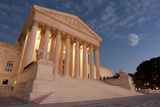 A Night Shot of the Front of the US Supreme Court in Washington, Dc. Fotografisk tryk af Gary Blakeley