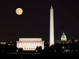 Moon Rising in Washington DC Fotografisk tryk af  BackyardProductions