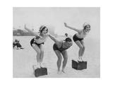 Joan Crawford und Dorothy Sebastian beim Schwimmunterricht, 1927 Photographic Print by  Scherl