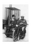 Polizist mit einem Motorrad für den Gefangenentransport, 1924 Photographic Print by  Scherl
