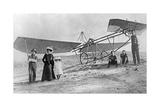 Bert Hinkler und seine Familie neben einem Flugzeug, 1920er Jahre Photographic Print by  Scherl