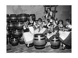 Junge Frauen in Tracht trinken an einem Messestand Bier, 1934 Fotografisk tryk af Scherl Süddeutsche Zeitung Photo