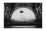 Experimente mit einem Fallschirm am Eiffelturm, 1913 Photographic Print by  Scherl