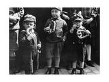 Kinder essen Brezeln, 1932 Fotografisk tryk af Scherl