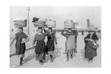 Frauen in Triest auf dem Weg zum Markt, 1932 Photographic Print by  SZ Photo