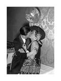 Kissing Couple at the 'Reimannball' in Berlin, 1929 Impressão fotográfica por  Scherl