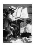Mann und Jungen mit einem Modellschiff, 1930er Jahre Impressão fotográfica por Scherl Süddeutsche Zeitung Photo