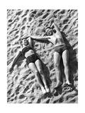 Young Couple Sunbathing, 1939 Reproduction photographique par  SZ Photo