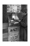 Boys in a Home-Made Booth for Trading Cigarette Cards, 1933 Impressão fotográfica por  Scherl