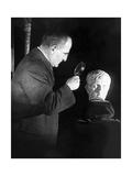 Inspektion einer Skulptur von Kaiser Augustus in New York, 1925 Photographic Print by Scherl Süddeutsche Zeitung Photo