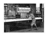 Waschgelegenheit an einem Bahnhof, 1914 Photographic Print by  Scherl
