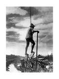 Japanischer Reisbauer auf einer Wassertretmühle, 1934 Photographic Print by  SZ Photo