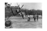 Familie eilt zu einem Propellerflugzeug, 1920er Jahre Photographic Print by Scherl Süddeutsche Zeitung Photo