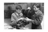Junge Elektriker während ihrer Ausbildung in Paris, 1941 Impressão fotográfica por  Süddeutsche Zeitung Photo