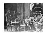Französische Soldaten in einem Pariser Café während des Ersten Weltkriegs Photographic Print by  Scherl