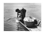 Wäsche waschen im Fluss, 1940 Photographic Print by  Scherl