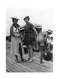 Bademode am Strand von Deauville in Frankreich, 1935 Photographic Print by  Scherl