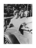 Drei Mädchen auf dem Notsitz eines Cabrios, 1933 Impressão fotográfica por Scherl Süddeutsche Zeitung Photo