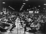 Scores of British Women Perform Light Bench Work at a Small Arms Factory, Ca. 1939-45 Foto