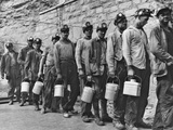 Coal Miners Checking in at Completion of Morning Shift. Kopperston, Wyoming County, West Virginia Fotografía por Russell Lee