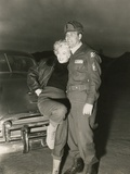 Marilyn Monroe Poses with a U.S. Soldier in Korean During Her USO Tour Foto