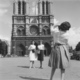 Touristes sur le parvis de la cathédrale Notre-Dame de Paris Photographic Print by  Feher