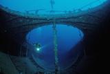 Scuba Diver Exploring a Shipwreck, Papua New Guinea, Coral Sea. Reproduction photographique par Reinhard Dirscherl