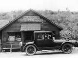 1916 Cadillac V8 Car, Parked Outside a General Store, USA, (C.191) Reproduction photographique