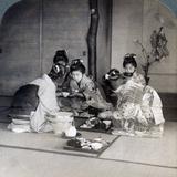 Geishas at Dinner, Tokyo, Japan, 1904 Reproduction photographique par  Underwood & Underwood