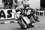 Giacomo Agostini on Bike Number 6, Tom Dickie on Bike Number 3, Isle of Man Junior TT, 1968 Fotografisk tryk