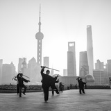 Tai Chi on the Bund (With Pudong Skyline Behind), Shanghai, China Fotografie-Druck von Jon Arnold
