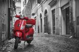 Italy, Lazio, Rome, Trastevere, Red Vespa 写真プリント : ジェーン・スウィーニー