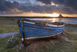 Decaying Fishing Boat on Holy Island at Dawn, with Lindisfarne Castle Beyond, Northumberland Lámina fotográfica por Adam Burton