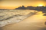 Warm Sunset on Ipanema Beach with People, Rio De Janeiro, Brazil Papier Photo par Mariusz Prusaczyk