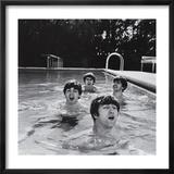 Paul McCartney, George Harrison, John Lennon and Ringo Starr Taking a Dip in a Swimming Pool Indrammet fotografitryk