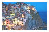 El atardecer cae sobre un pueblo en una ladera con vistas al mar Mediterráneo, Manarola, Cinque Terre, Italia Alfombrilla por Dennis Flaherty