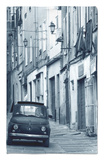Fiat conduciendo en una calle estrecha, Sassari, Cerdeña, Italia Alfombrilla por Doug Pearson