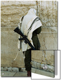 Israeli Soldier with Rifle Praying at the Wailing Wall Plakater af Paul Chesley
