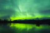 Green Aurora Borealis over Small Pond in Kluane National Park, Yukon Territory, Canada Reproduction photographique par  Design Pics Inc