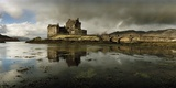 Eilean Donan Castle, Built on a Rocky Promontory at the Meeting Point of Three Sea Lochs Fotografisk tryk af Macduff Everton
