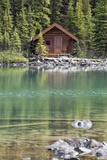Wooden Cabin Along a Lake Shore Reproduction photographique par  Design Pics Inc