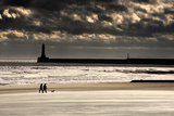 Scenic View of Sandy Beach with Lighthouse and Groyne; Sunderland, Tyne and Wear, England, Uk Papier Photo par  Design Pics Inc