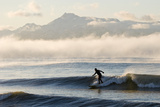 Man Surfing in Moring Near Homer Kachemak Bay with Kenai Mountains Kenai Peninsula Alaska Winter Reproduction photographique par  Design Pics Inc