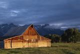 Sunrise on Old Wooden Barn on Farm, Moulton Barn Fotografisk tryk af  Design Pics Inc