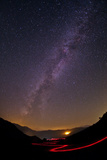 The Milky Way over a Trail of Red Light in the Alborz Mountains Fotografisk tryk af Babak Tafreshi