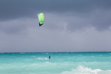 A Kiteboarder Enjoying Gusty Winds Created by Hurricane Tomas Papier Photo par Mike Theiss