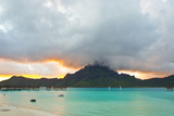A Cloudy Sunset over Mount Otemanu and the Pacific Ocean Papier Photo par Mike Theiss